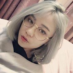 Picture Of Ullzang(Eul Jjang) in 2020 Uzzlang Girl, Art Girl, Cute Korean Girl, Asian Girl, Girl Short Hair, Short Girls, Short Hair Glasses, Korean Glasses, Corte Bob