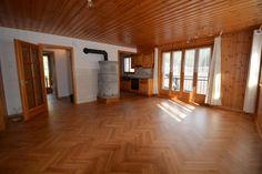 4.5 pièces de 89m2 avec cave et place de parc : Appartement de 4.5 pièces, 89m2 avec 2 balcons, relié avec un escalier à un galetas de 80m2 qui peut être aménagé en chambres, avec peu d'investissement. Une cave privée et une place de parc est co... Divider, Room, Furniture, Home Decor, Balconies, Dance Floors, Switzerland, Park, Bedrooms