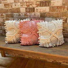 Capa de almofada de crochê: 47 Modelos lindos para decorar Heart Template, Cape Pattern, Crochet Pillow Covers, Crochet Decoration, Handmade Necklaces, Vitamins, Beverages