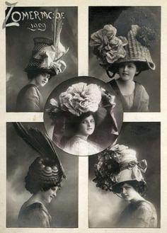 Buitennissige damesmode. Dameshoeden. 'Zomermode 1909'. Vijf vrouwen met fantasiehoed, gemaakt van rieten korf, rieten mand, puddingvorm, zinken emmer en (midden) een lampenkap. Plaats onbekend, 1909.