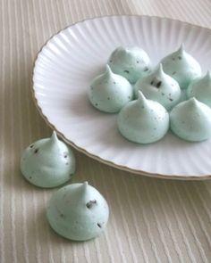 「チョコミントのメレンゲ」しゅわっと口の中で溶けるメレンゲ、チョコミントフレーバー。【楽天レシピ】