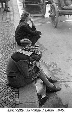 Berlin | 1933-45+. Nach der Schlacht von Berlin. Erschöpfte Flüchtlinge in…