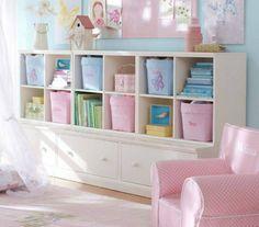 白のなたにパステル調のピンクと水色を組み合わせて収納しています。