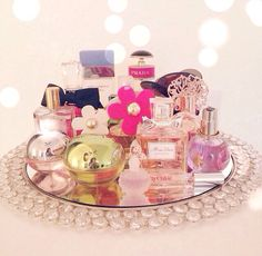 Top Scents perfume display - Maquillaje - Discover The Los Angeles Cou Perfume Storage, Perfume Organization, Perfume Display, Perfume Tray, Perfume Bottles, Dresser Organization, Mirror Tray, Dresser With Mirror, Dresser Vanity