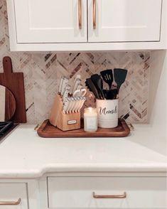 Kitchen Countertop Decor, Home Decor Kitchen, Home Kitchens, Kitchen Design, Kitchen Ideas, Apartment Kitchen Decorating, Kitchen Island Centerpiece, Dining Room Centerpiece, Kitchen Walls