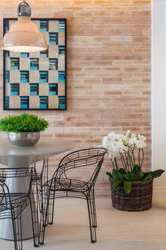 vaso prata com planta + cadeiras transparentes + quadro com ritmo + parede com textura