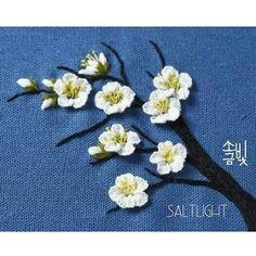 입체자수 꽃 나무 열매 p.100 '매화' 자수디자인출처ㅡ #소금빛자수  쪽빛리넨에 리넨실로 수놓았습니다. ㅡ  매화란  고운 꽃이기보다 맑은 꽃이요  달기보다 매운꽃이라 그러므로 색 있는 것이  그의 자랑이 못되는 것이요  복엽이 그에게는 무거운 옷이라 . 이태준님의 [무서록] '매화' 일부  ㅡ #소금빛자수 #매화자수 #리넨자수실 #자수재료  #손끝에서피는꽃과자수 #입체자수꽃나무열매 #모사자수실 #서양자수 #프랑스자수 #유럽자수 #자수타그램 #자수액자 #나무액자 #울자수 #울사 #리넨실  #자수 #입체자수 #stumpwork #embroidery #needlework #linen #woolstitch