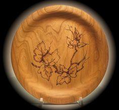 piatto in legno decorato con il pirografo