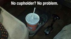 Não há problema se você não tem um suporte de copo em seu carro. Agora, use seu sapato em seu lugar.