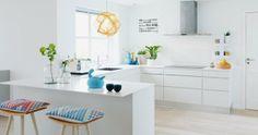 Hvidt køkken med detaljer i farver