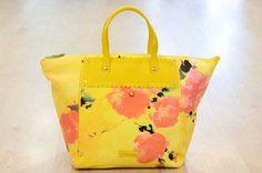 Borsa Twin Set Flower bag. Da Www.carpelshop.com/blog/. http://www.carpelshop.com/blog/la-forza-del-giallo/