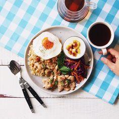 utosh Brunch! Today is fried rice on fried eggs, grilled chicken, salad, and yoghurt. 今日はのんびりブランチを作ってみました。チャーハンにしようと思ったんだけど、上に目玉焼きを乗せたくなって、焼飯にしました。ボリュームたっぷり。美味しかったです!