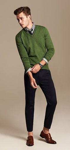 Este es un suéter y los pantalones. Se puede vestir en una fiesta o otro ocasión especial. El suéter es verde. Los pantalones son negros.