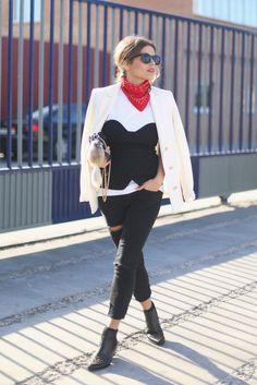 80f2d50426 White T-Shirt + Bustier + White Blazer + Black Jeans Fim De Semana