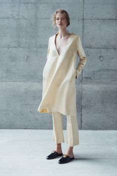 Quiet and understated: that is a description we've heard pretty often when it comes to minimalist fashion. But honestly, having a look at the latest. Mode Chic, Mode Style, Looks Style, Style Me, Ropa Shabby Chic, Look Fashion, Fashion Design, Fashion Trends, Fashion Mode
