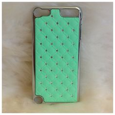 Super cute and perfect colors! These cases will add color to any outfit and you'll never lose it in your bag!- One piece hard snap on case