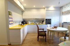 Белая кухня фото, желтая кухонная столешница