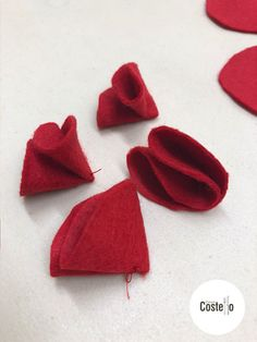 Step-by-step tutorial to make Super Easy Felt Poppies. Can be used for on a wreath or as a Poppy Brooch. Felt Diy, Felt Crafts, Fabric Crafts, Felt Flowers Patterns, Fabric Flowers, Zipper Flowers, Diy Flowers, Crochet Poppy Pattern, Ribbon Flower Tutorial