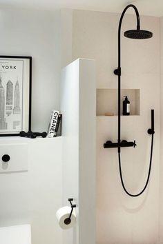 Colonne de douche noire moderne, douche italienne. Trouvez la douche de vos rêves en lien !