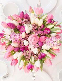 Frühlingshaftes Blumengesteck selbermachen: Ostertisch dekorieren / easter table decoration: how to arrange flowers via DaWanda.com