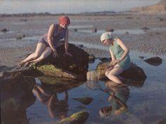 """photo française, autochrome : Gustave Gain, 1920s, """"Pêcheuses sur la plage, Siouville-Hague"""""""