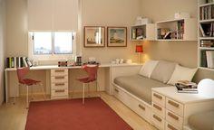 chambre de deux enfants aménagée avec deux lits simples dotés de rangements et un bureau double