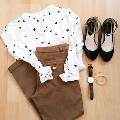 Idée look femme printemps été chemise blanche imprimée chats Mango, pantalon chino, ballerines à bride