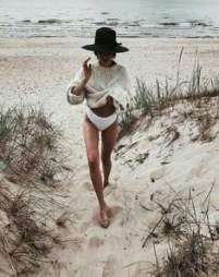 Minimalist beach style // Take me to the beach // .- Minimalistischer Strandstil // Bring mich zum Strand // Minimalist beach style // Take me to the beach // - Beach Wear, Beach Babe, Summer Photos, Beach Photos, Summer Vibes, Summer Feeling, Summer Sun, Summer Days, Outfit Strand