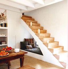 Escadas de alvenaria com degraus em madeira