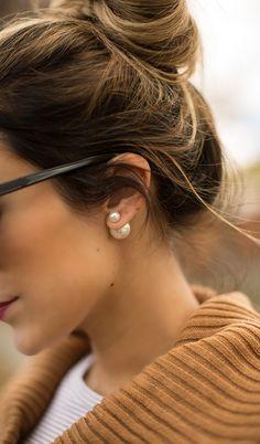 """Prendre une boucle d'oreille seule, plus grosse que la première, enlever la """"tige"""" de métal et l'utiliser comme """"embout"""" pour la boucle d'oreille plus petite de devant..."""