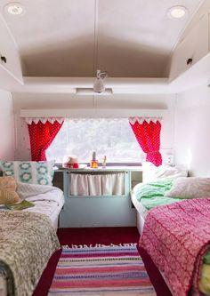 1970-luvun asuntovaunu remontoitiin 50-luvun tyyliin. Tässä suloisessa kesäkodissa vietetään lokoisia lomapäiviä!