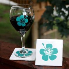 Uppercase your wine glass Hibiscus Tattoo, Painted Wine Glasses, Diy Crafts, Tableware, Flowers, Painting, Decorating, Crystals, Art