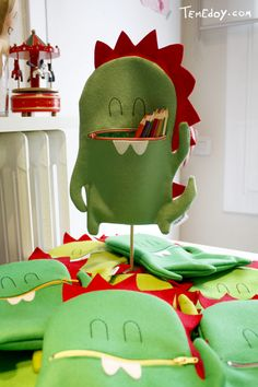 For Sant Jordi! Crafts To Do, Felt Crafts, Crafts For Kids, Diy Crafts, Felt Diy, Handmade Felt, Felt Dragon, Sewing Crafts, Sewing Projects