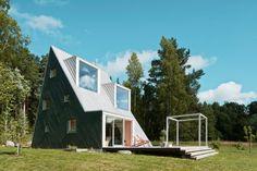 När arkitekten Leo Qvarsebo ritade sitt eget fritidshus blev det en storsnackis i de röda grannstugorna.