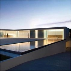 Fran Silvestre Arquitectos designed the Atrium House in Valencia, Spain. The House is located in an urban area and expresses through its architecture the desire to maximize the feeling of spaciousn… Architecture Design, Cabinet D Architecture, Minimalist Architecture, Residential Architecture, Amazing Architecture, Building Architecture, Light Architecture, Casa Atrium, L Shaped House