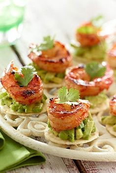 Spicy Prawns with Zesty Avocado Spread. The creamy avocado in these bite-sized appetizers is a cool complement to the spicy prawns and the crunchy texture of the rice cracker. Tapas, Seafood Recipes, Appetizer Recipes, Cooking Recipes, Vegan Appetizers, Avacado Appetizers, Individual Appetizers, Shrimp Appetizers, Delicious Appetizers