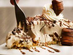 Kinder-Bueno-Torte schmeck einfach köstlich und ist der Star auf jedem Kuchenbuffet. Mit unserem Rezept machst du die Torte zuhause einfach selbst.