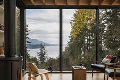 Modern fristad i skogen i Washington State , Washington State, Alice Coltrane, Contemporary Cabin, Tiny House Design, Cabin Homes, Interior Design Services, Little Houses, Pacific Northwest, Black House