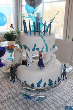 Frozen -kakku - Taija - Kaksikerroksinen kakku Frozen -teemaan 8- vuotiaalle tytölle. Alaosa suklaakakkupohja sitruuna-tuorejuusto -täytteellä. Yläosa vaalea kakkupohja mansikka-tuorejuustotäytteellä. Valkoinen sokerimassa ja sulatetut jää -koristeet sekä elokuvan muoviset figuurihahmot. - Aina on aihetta leipoa kakku -kilpailun satoa 15.4. - 16.6.2014 https://www.facebook.com/leivojakoristele