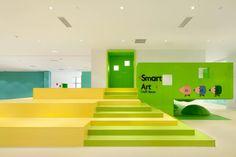 Con tre colori – giallo, blu e verde – Crossboundaries ha modellato lo spazio del sesto Family Box a Qingdao con volumi all'interno dei quali i bambini possono arrampicarsi, strisciare e camminare.