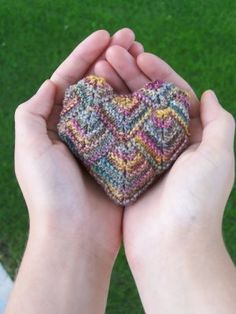 I want to learn how to make these. Knit Heart Sachet by Vicki Sever - 14 mitered squares are put together and filled with lavendar - this yarn comes in many colors and the original was done in a brighter varigated yarn with lots of red - for Kristen :) Knitting Stitches, Knitting Patterns, Crochet Patterns, Knitting Projects, Crochet Projects, Diy Projects, Mitered Square, Patchwork Heart, Little Cotton Rabbits