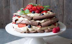 sjokoladepavlova med vaniljekrem og bær Pavlova, Waffles, Good Food, Healthy Recipes, Breakfast, Desserts, Marshmallows, Party, Morning Coffee