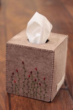 Nikkie's Felt Swaying Flower Tissue Box Cover-Light Greyish Brown Felt Crafts Diy, Felt Diy, Diy Home Crafts, Crafts To Make, Sewing Crafts, Paper Crafts, Tissue Box Covers, Tissue Boxes, Quilting Projects