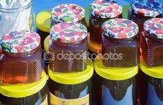 Различные сорта меда в банках, предлагаемых к продаже на f — Стоковое фото © Georgina198 #126988042
