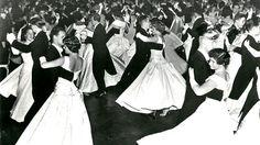 80 Jahre Wiener Opernball: Der erste Opernball wurde am 26. Jänner 1935 unter dem Ehrenprotektorat von Bundeskanzler Kurt Schuschnigg veranstaltet. Mehr zur Geschichte des Opernballs: http://www.nachrichten.at/nachrichten/150jahre/tagespost/Der-erste-Walzer-in-der-Oper;art171761,1639171 (Bild: Archiv)