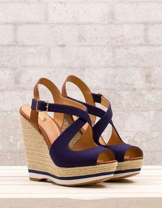 Chaussures à talon compensé croisées