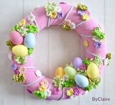 Make it yourself: PAASKRANS - Freubelweb- Zelf maken: PAASKRANS – Freubelweb Look what I found on Freubelweb.nl: a free work description from byClaire to make this beautiful Easter wreath www. Crochet Wreath, Felt Wreath, Wreath Crafts, Diy Wreath, Diy Crafts, Crochet Yarn, Easter Wreaths, Holiday Wreaths, Couronne Diy