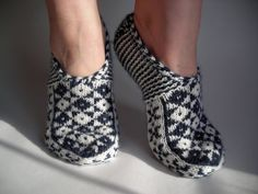 Ravelry: Fescue's White and Black - I absolutely love these! Knitted Slippers, Knit Mittens, Crochet Slippers, Knitting Socks, Hand Knitting, Knitted Hats, Knit Crochet, Knitting Patterns, Norwegian Knitting