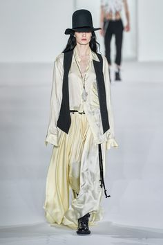 Ann Demeulemeester Fall 2019 Ready-to-Wear Fashion Show - Vogue Winter Outfits Women, Winter Fashion Outfits, Fast Fashion, Fashion Week, Fashion 2017, Fashion Show, Autumn Fashion, Fashion Design, Steampunk Fashion