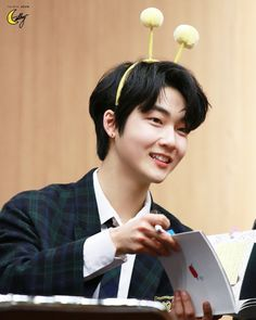 Many celebrities have been known to pioneer hairstyles that catch on. the latest celebrity hairstyles are a useful source of inspiration because celebrities are usually on the cutting-edge of what's new and trendy- it's Korean Celebrities, Beautiful Celebrities, Eric Trump, Hyun Jae, I Respect You, Fandom, Bestest Friend, Flower Boys, Wet Look